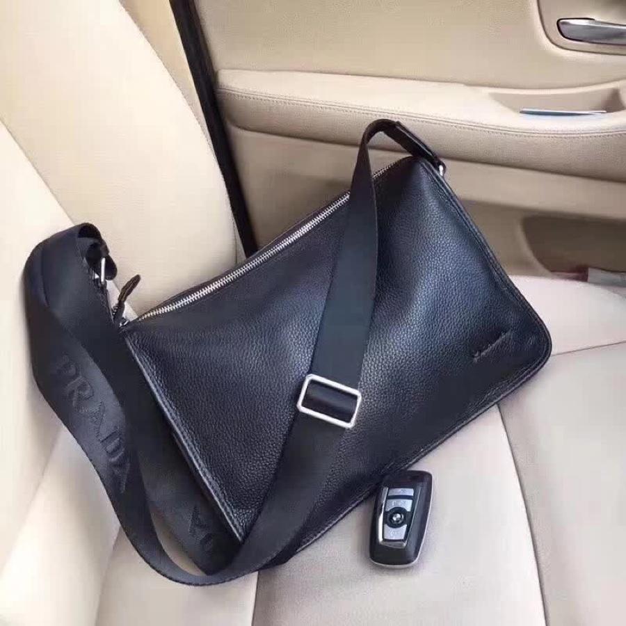 Prada プラダ メンズ 斜め掛けショルダーバッグ おすすめ 後払い  通販信用できる 33x25x6cm